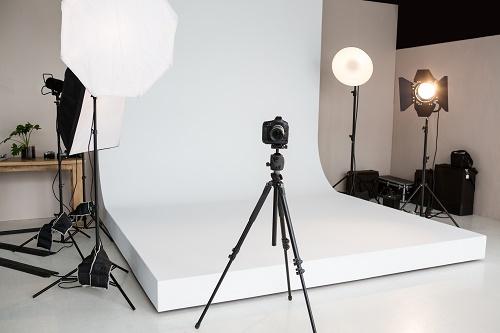 Comment réussir la photographie culinaire Introduction La photographie est le meilleur moyen pour créer des supports publicitaires originaux et uniques. Cependant, on doit faire appel à un photographe professionnel pour la prise. En quoi consiste la photographie culinaire Principalement, la photographie culinaire est l'art de prendre en photo la cuisine. On l'utilise notamment pour mettre en avant un plat, une recette ou un produit. De la sorte, il est préférable de confier le projet à un photographe professionnel. On peut prendre pour exemple le Studio Photo Lyon. En effet, il est parfois difficile pour un novice de trouver le meilleur angle pour la prise de photo. Cependant, le studio photo à Lyon possède différentes techniques pour réussir la photographie culinaire. En outre, cette dernière est également utilisée en guise de publicité. La photo sert à séduire le public à consommer le produit par exemple. De ce fait, la qualité de l'image doit être irréprochable afin d'attirer l'attention des consommateurs. Par ailleurs, c'est une technique incontournable dans la stratégie marketing. D'ailleurs, la concurrence est très féroce actuellement. La photographie culinaire est une meilleure solution pour booster la vente d'un produit. Qui plus est, elle est un moyen de communication efficace. D'un côté, la photographie culinaire est une passion. Certains particuliers et professionnels aiment partager des photos d'un œuvre. L'intérêt est de faire connaître un exploit. On les voit surtout dans les blogs de partage. Le coût de la prestation varie selon plusieurs critères. C'est pourquoi il ne faut pas hésiter à demander un devis avant toute chose. À qui s'adresser pour la prise de photo culinaire La qualité de la photo est très importante si on veut attirer l'attention du public. C'est pourquoi il est nécessaire de travailler avec un studio photo à Lyon. Les spécialistes possèdent des appareils à la pointe de la technologie pour la prise de photo. De surcroît, son équipe est